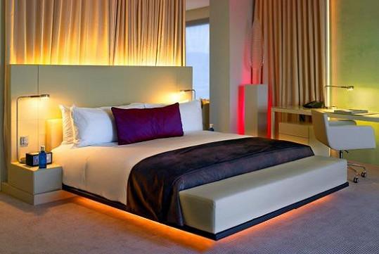 Luxusní hotelový pokoj v Barceloně, který Ben pro Moniku vybral.