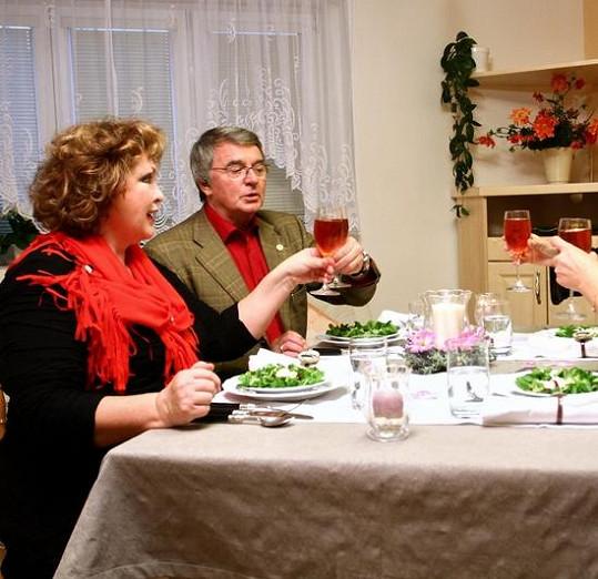 Na večeři u hostitelky Nadi Konvalinkové se ostatní snažili si špičkování Fialové a Harapese nevšímat.
