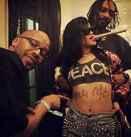 Rihanna v doprovodu Snoop Doga podporovala i kouření marihuany.