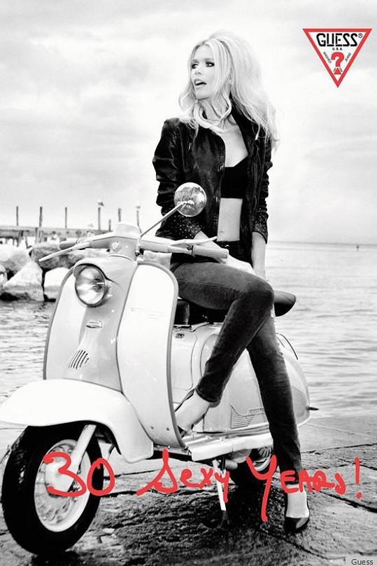 Claudia Schiffer po 23 letech pro značku Guess.