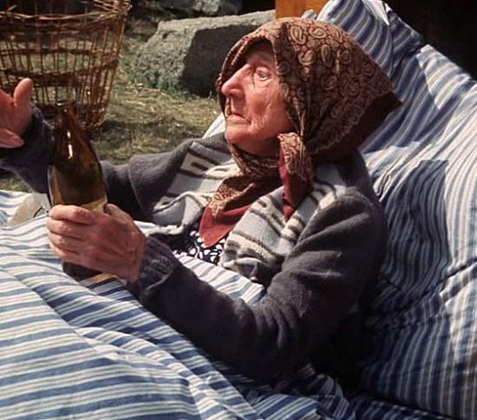 Erna Červená jako babička ve Slunce, seno, jahody