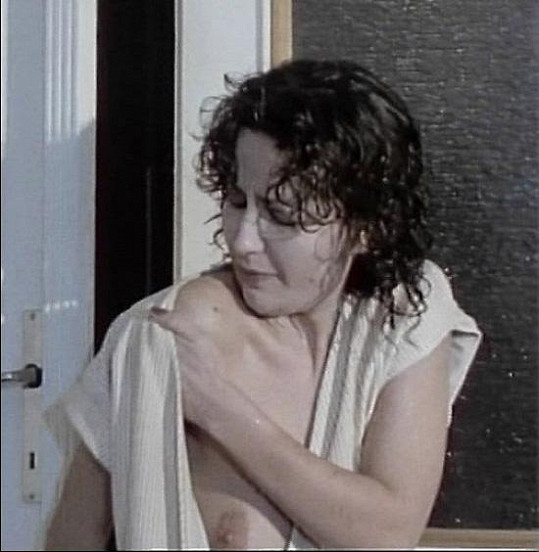 Při odchodu z koupelny ukázala ňadro.
