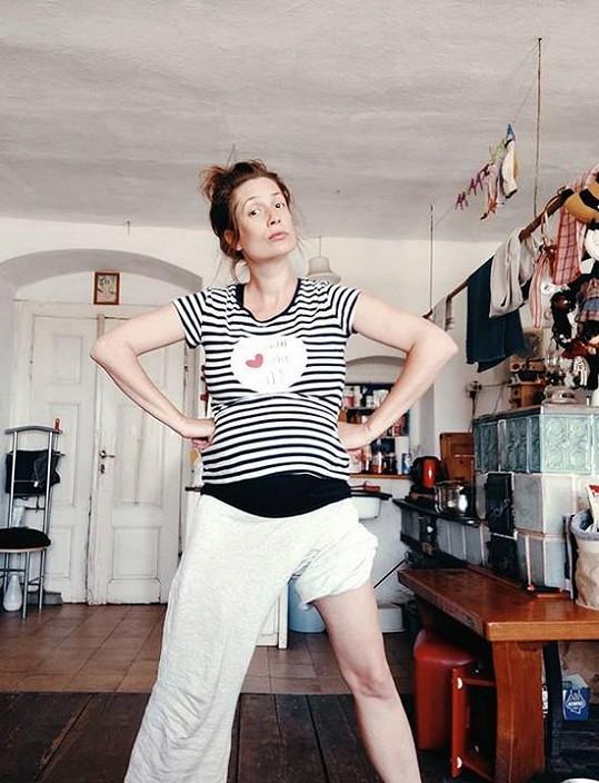 Podruhé je těhotná také herečka Lenka Zahradnická