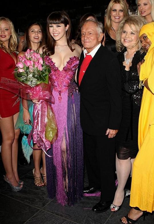 Claire Sinclair s Hughem Hefnerem a ostatními dívkami z Playboye.