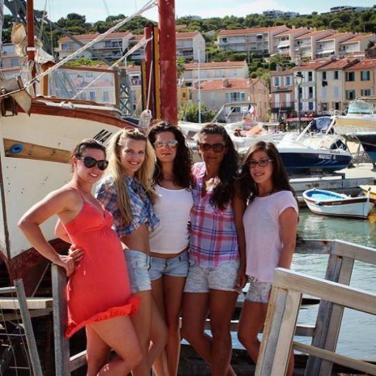 Veronika s kamarádkami na dovolené