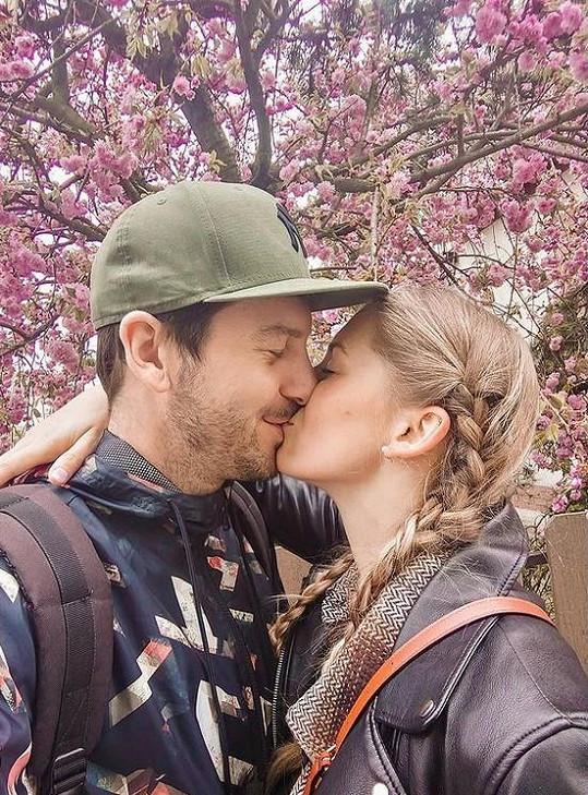 Moderátor Petr Říbal s modelkou Michaelou Hávovou