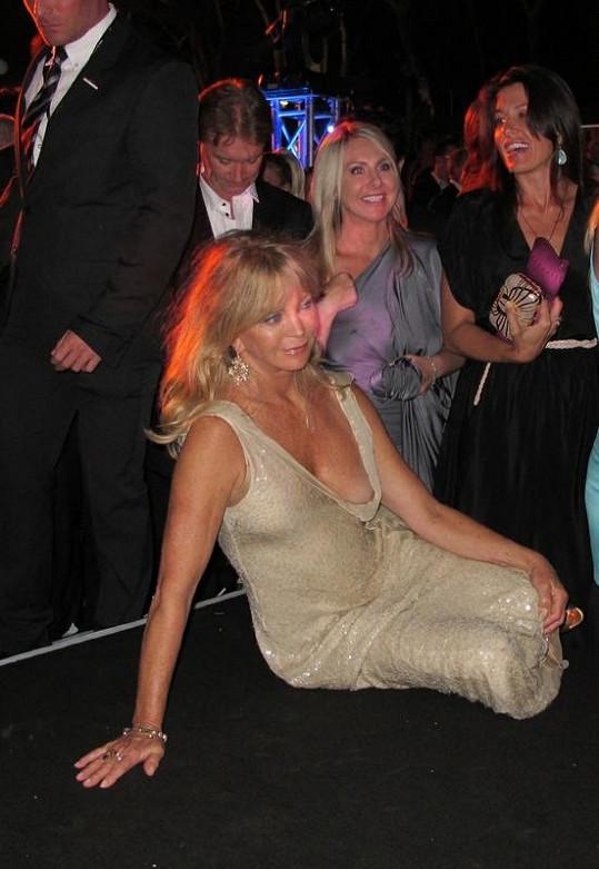 Herečka si evidentně pod šaty nevzala podprsenku.