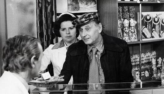 Josef Langmiler a Jiřina Švorcová v seriálu Žena za pultem. Hrál exmanžela hlavní hrdinky.