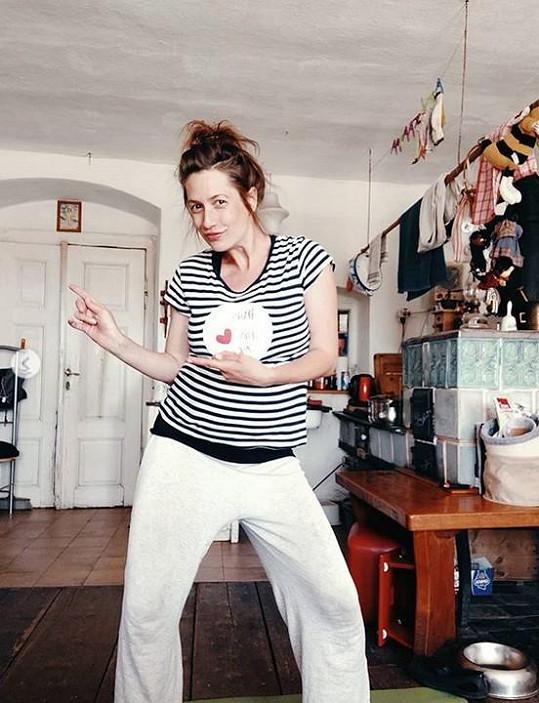 Tancem si těhotná herečka zlepšuje náladu.