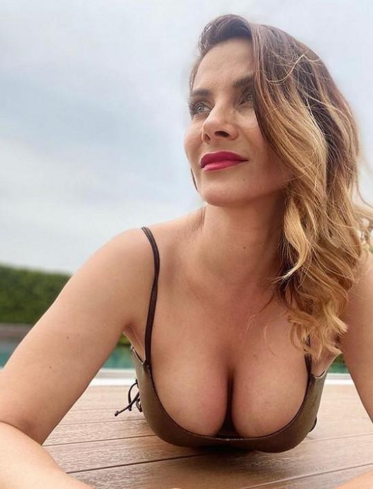 Moderátorka a herečka dala na odiv svůj dekolt.