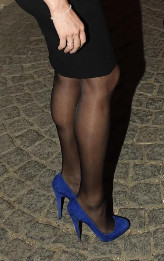Eliška doplnila černé šaty výraznou obuví.
