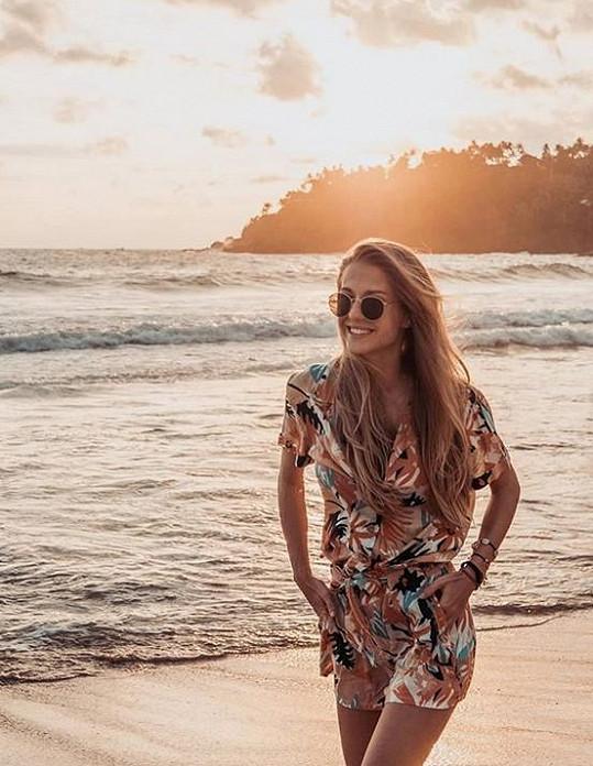 Natálie Kotková surfuje v Dominikánské republice.