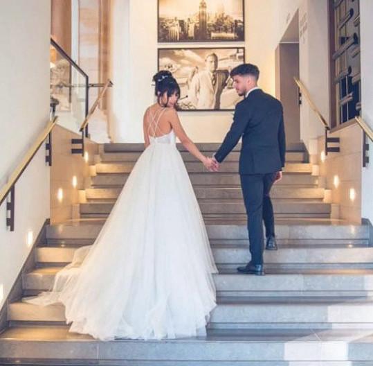 Aby byl výsledek věrohodný, najala si ženicha, a dokonce i luxusní hotel.