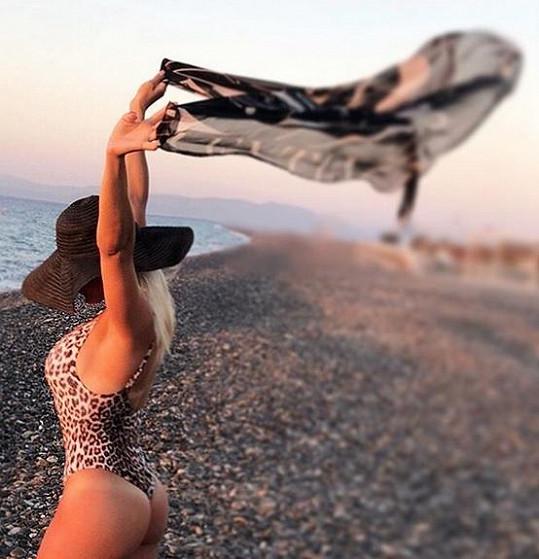 Eva v plavkách předvedla i svoje dokonale tvarované pozadí.