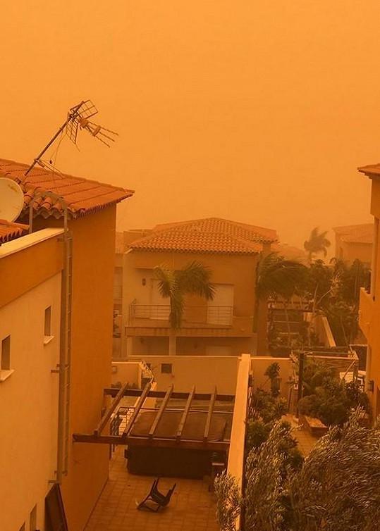 Svým fanouškům ale ukázala, jak to na ostrově vypadá v písečné bouři.