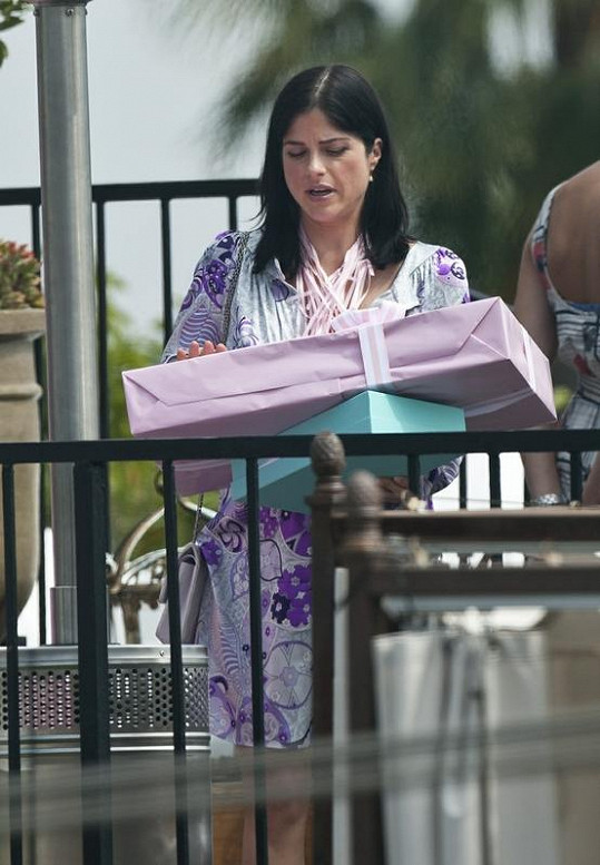 Herečka Selma Blair s dárkem.