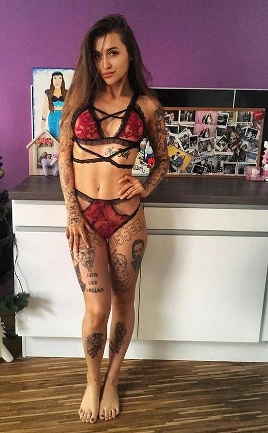 Zpěvačka miluje tetování.