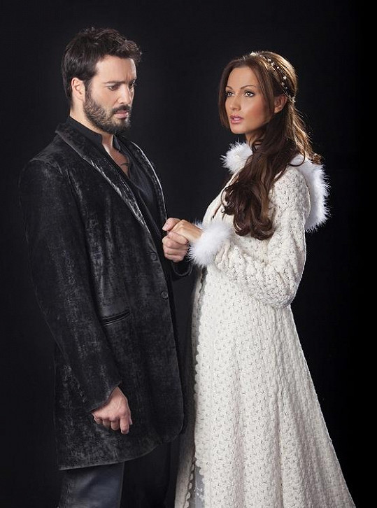 Hamlet a Ofélie v podání Václava Noida Bárty a Elišky Bučkové.