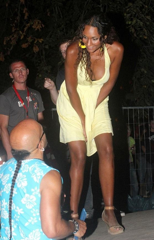Lejla si nevzala podprsenku a všiml si toho i módní návrhář Osmany Laffita.