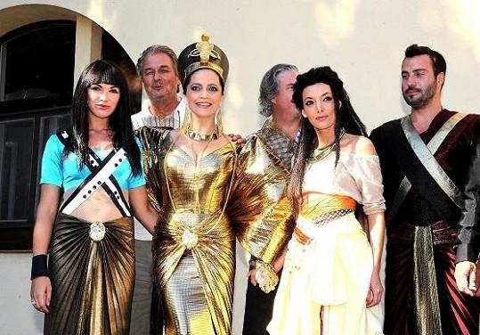 Protagonisté muzikálu Aida v kostýmech.