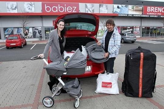 Manželské vše sotva poskládali do auta.