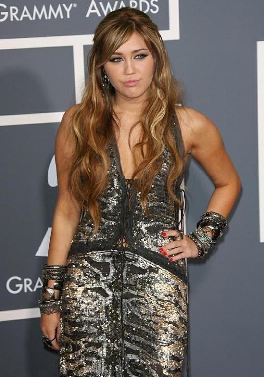 Z Miley Cyrusové se stala atraktivní mladá žena.