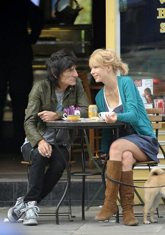 Kytarista Ronnie Wood s bývalou přítelkyní Ekaterinou Ivanovou.