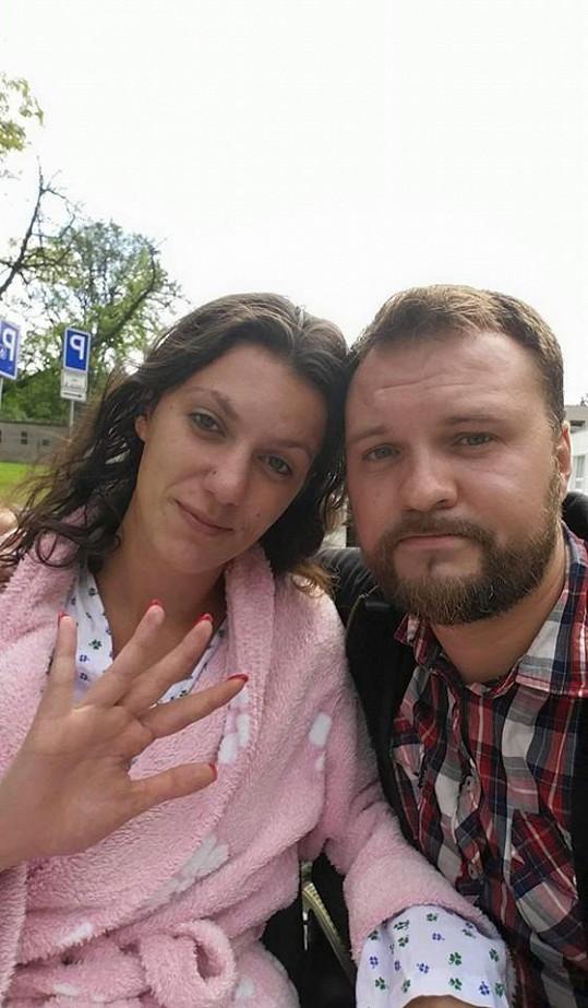 Veronika s přítelem Tomášem Krejzou opustila dnes nemocnici.