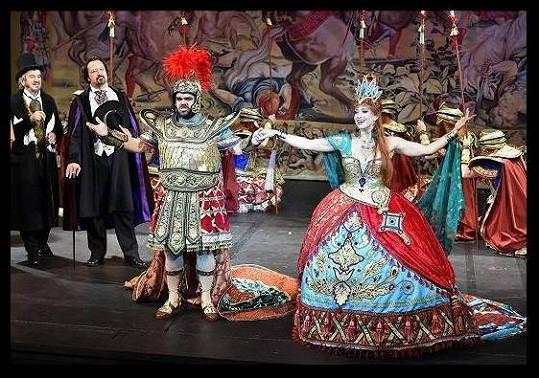 Plasche zpívá ve Fantomovi opery roli operního pěvce.