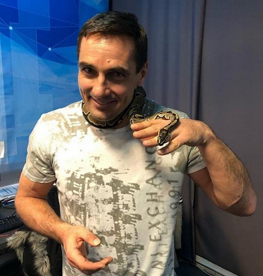 Roman Šebrle překonal strach a kolem krku si nechal omotat hada