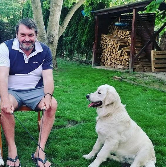 Josef Kokta na zahradě s pejskem