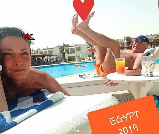 Gelemová mezitím relaxuje s Felixem Slováčkem v Egyptě.