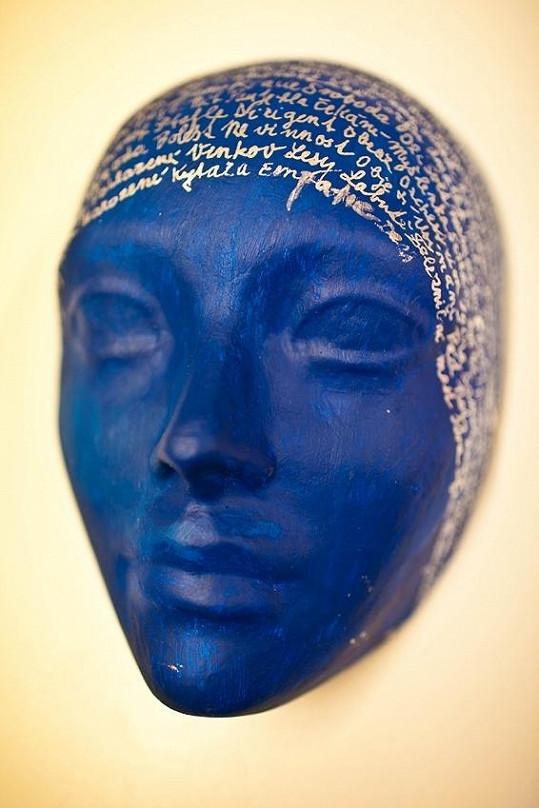 Aneta Langerová ladila svůj výtvor do modré barvy.