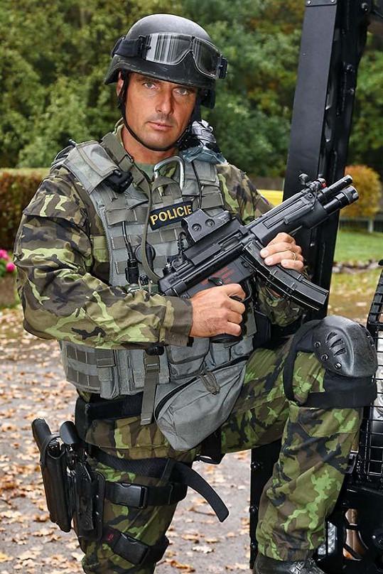 Roman Šebrle jako drsňák z jednotky rychlého nasazení