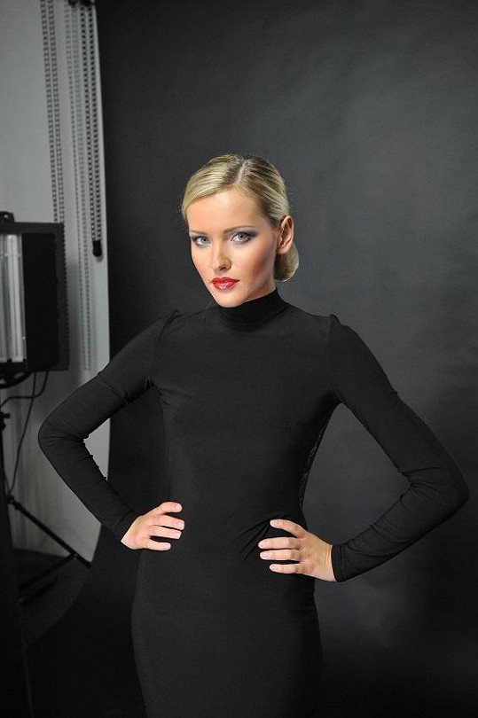 Blondýnce Lindě černá slušela o to víc, že měla od kadeřnice Elišky Kavarové vyčesaný drdol.