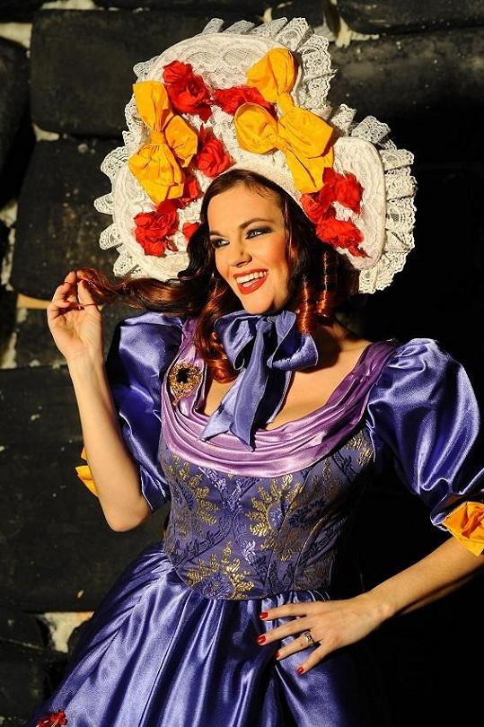 Marta je na začátku muzikálu oblečená a nalíčená velmi krásně a výrazně.