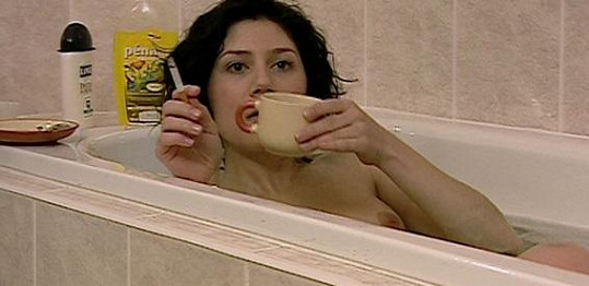 Ve druhé sérii Dobré čtvrti odhalila své vnady ve vaně.