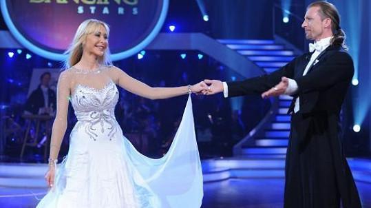 Dolly má šanci se přes svou neznalost tance dostat až do finále.
