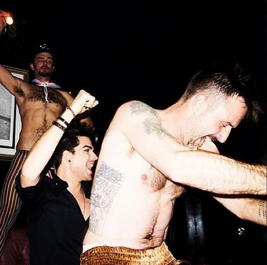David Arquette se na oslavě narozenin Adama Lamberta pořádně rozparádil.