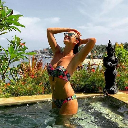 Na dovolené na Bali byla ještě s kamarády.