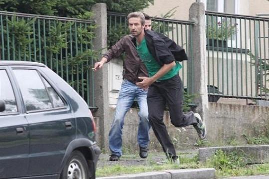 Doktor Salač alias Roman Zach chvátá k nabouranému vozidlu.