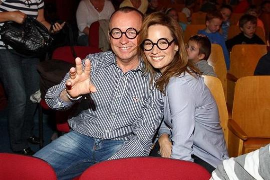 Tak brýle moderátorskému páru moc neseknou.