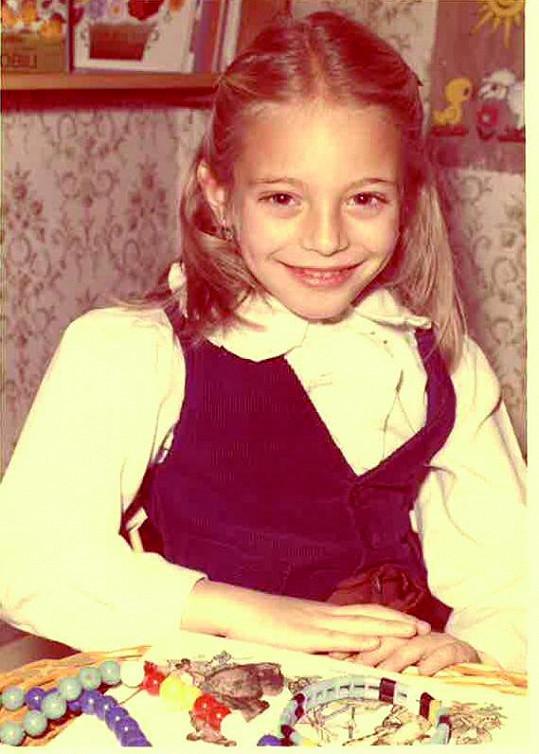 První školní den Lucie Borhyové. Už tehdy jí to slušelo.