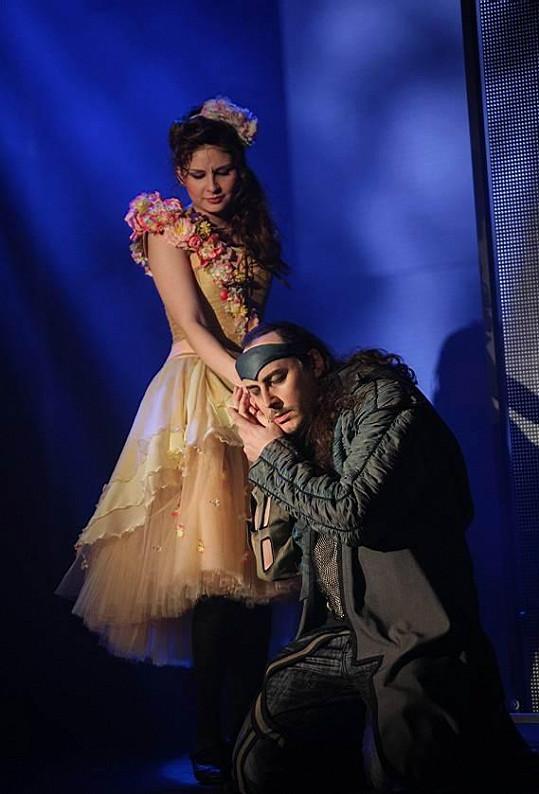 Titulní roli alternuje i Marian Vojtko, na snímku s Betkou Bartošovou.