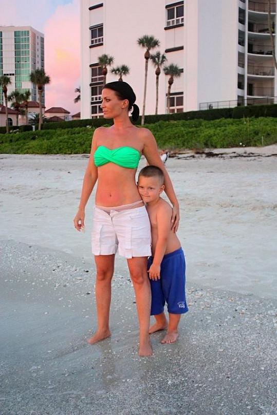 Máma se synkem na pláži.
