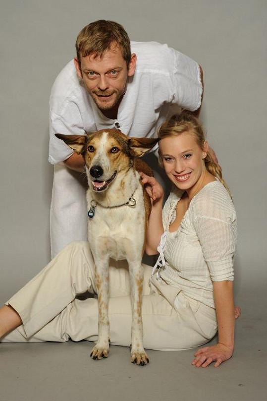 Tahle trojice vypadá jako rodinka.