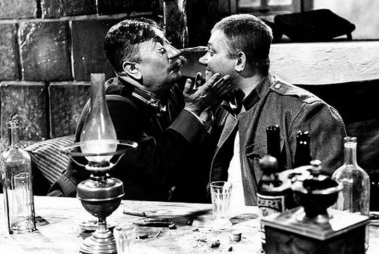 Jaroslav Marvan a Rudolf Hrušínský ve filmu Poslušně hlásím.