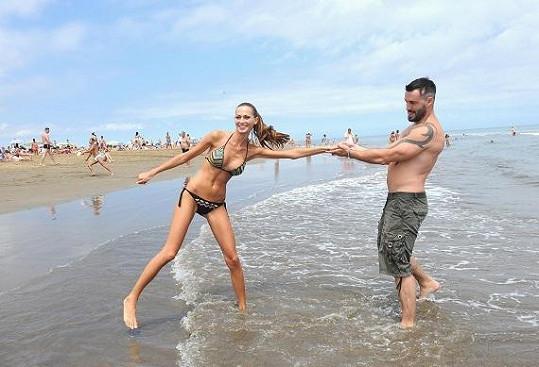 Elišce se na dovolené nikdy do moře nechce, aby si nenamočila vlasy.