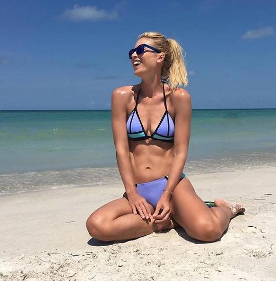 Daniela Peštová se u moře pochlubila sexy postavičkou.