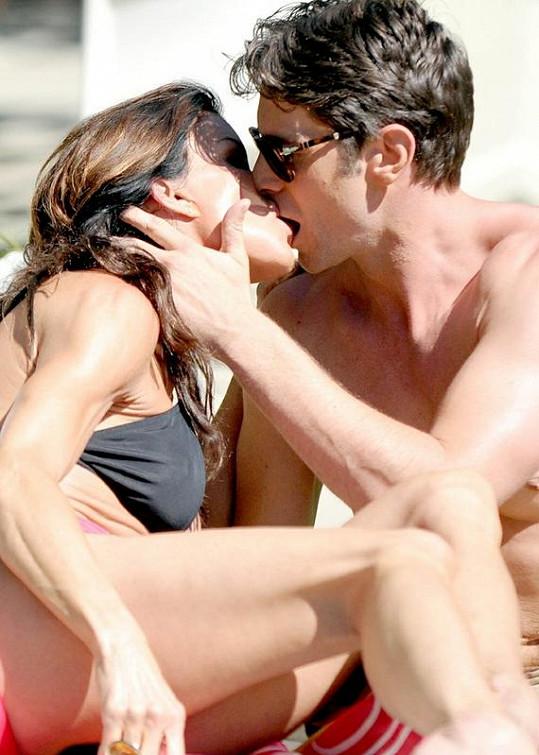 Zamilovaná dvojice kromě krmení předvedla i pořádný polibek.